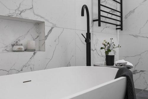 savvy-interiors-by-design-bathroom-black-tap